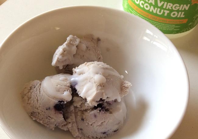 アイスクリームにココナッツオイルをかけて